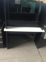 Fekete íróasztalok világosszürke asztallappal