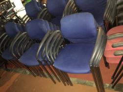 Kék, rakásolható, karfás székek
