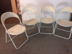 Összecsukható fehér székek