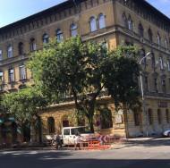 VIII. Kálvária tér sarkán a park felőli oldalon szép házban II. emeleti garzon 18,9 MFt!