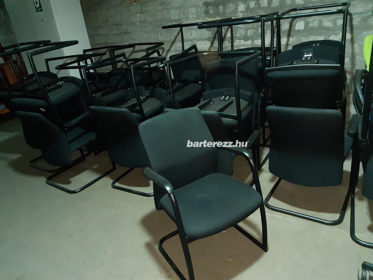 Fekete szánkótalpas, szövet székek