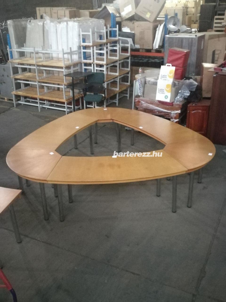 Háromszög alakú tárgyalóasztal, használt irodabútor